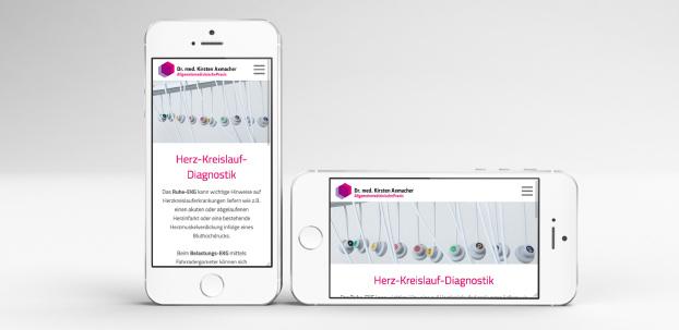 Zwei Smartphoneansichten der Website der Praxis Dr. Axmacher