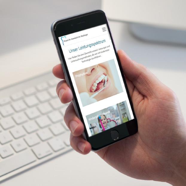 Ansicht der Website von Dr. Hamied und Dr. Riedinger auf einem Smartphone.