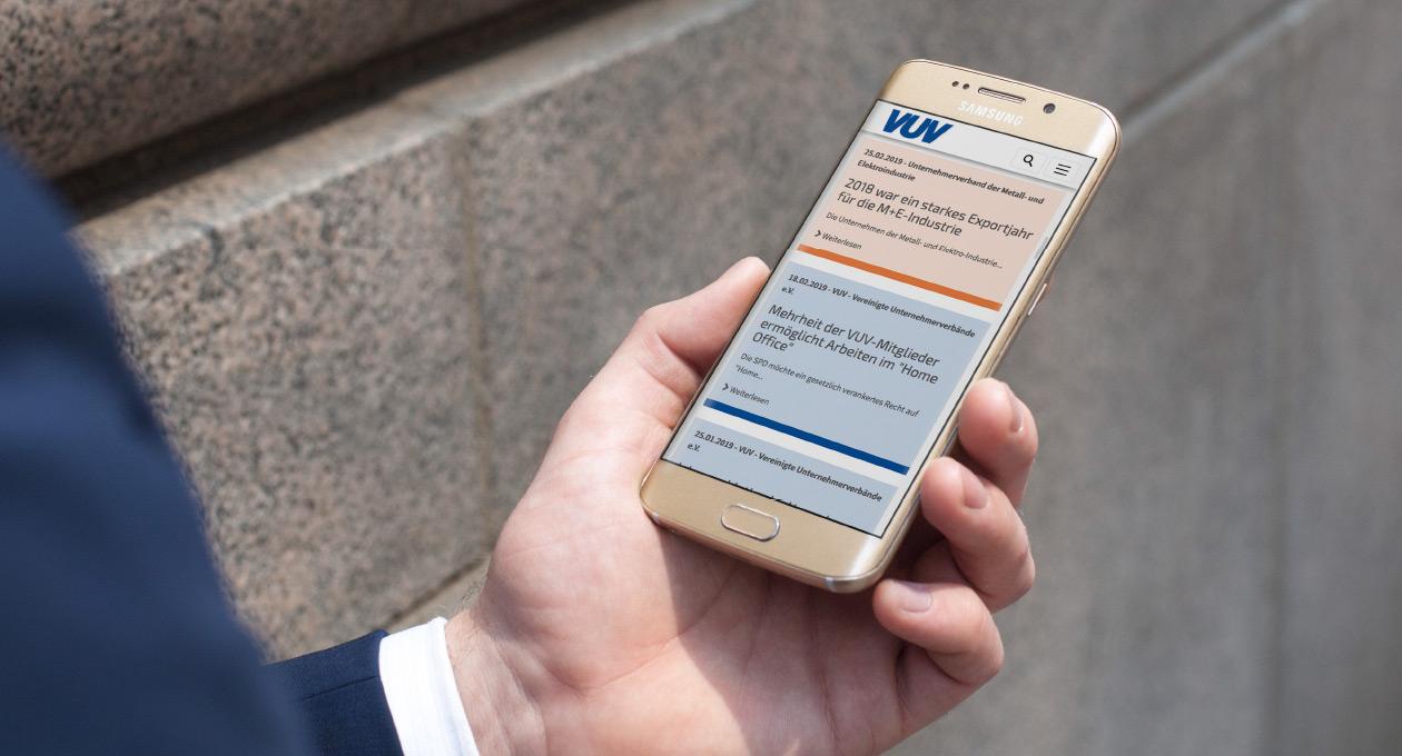 Ansicht der Website der VUV auf einem Smartphone.